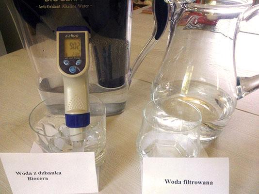 Woda z dzbanka Biocera o pH 9,02